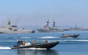 gagahnya-manuver-kapal-perang-angkatan-laut-43-negara-di-laut-mataram_c_211129-560×352